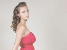 赤いドレスが魅力的な女性