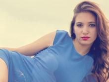 青い服が良く似合う魅力的な女性